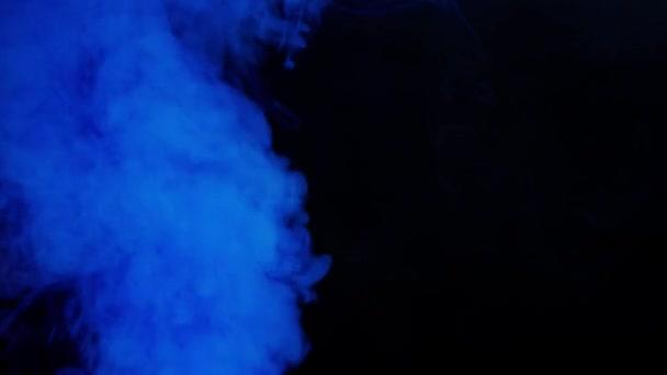 A füst a kipufogócsőből megmondható. Fekete füst a benzin vagy a dízelmotor kipufogócsőjéből.