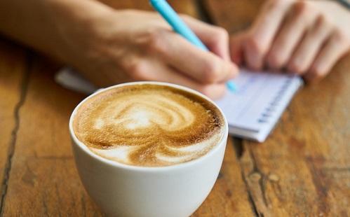 a koffeinmentes kávé segít a fogyásban?)